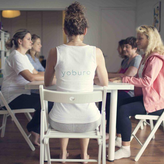 Du yoga sur chaises pour l'équipe de yoburo avec Jessica