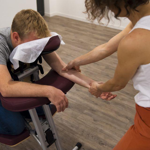 Massage assis chez Cosa Vostra avec Laetitia