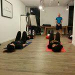 Un cours de yoga au travail pour l'équipe